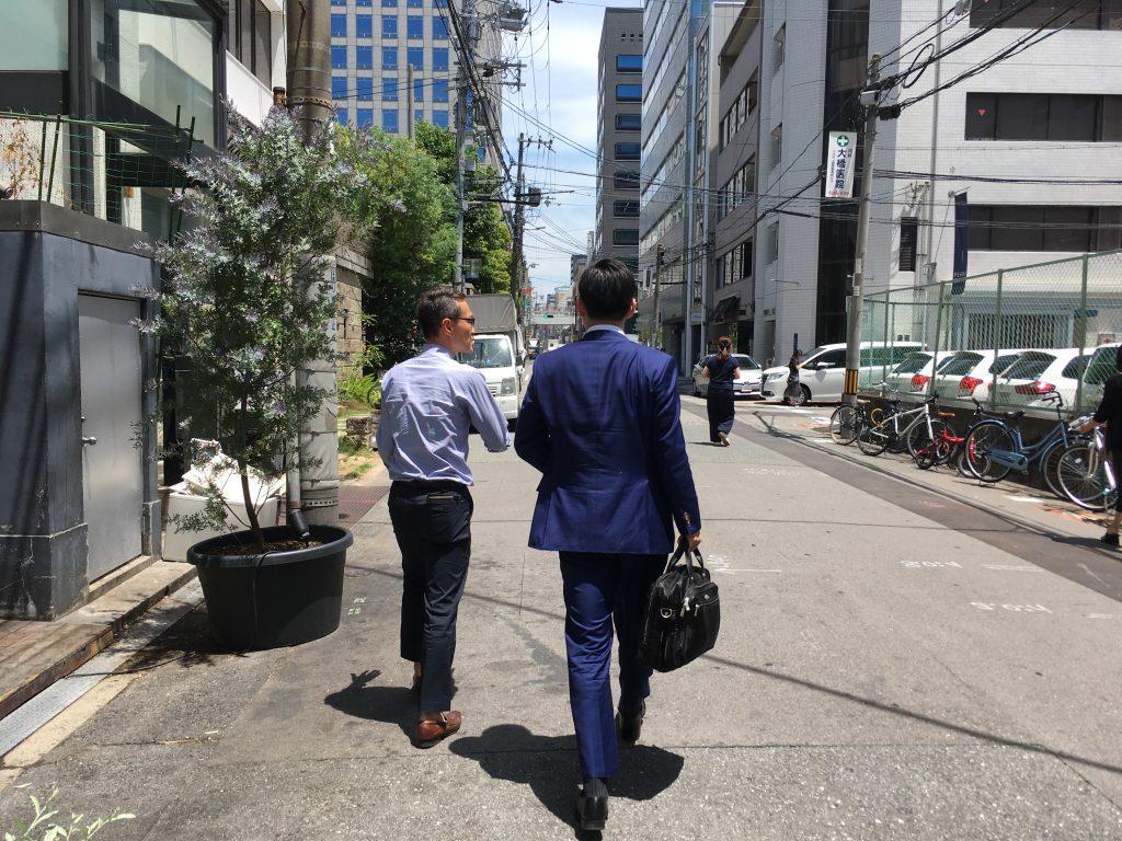 歩きながらもファッションのコミュニケーション